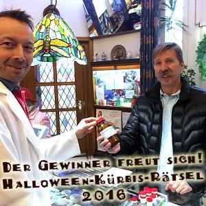 Der Gewinner des Halloween-2016-Gewinnspieles bekommt seine für ihn abgestimmte Vitalstoffmischung überreicht.